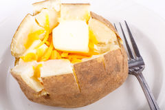 Испеченная картошка на плите с маслом и сыром Стоковое Изображение RF