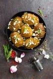 испеченная картошка Печь картошки испеченная с чесноком и розмариновым маслом Стоковые Фото