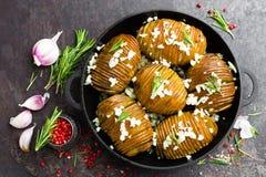 испеченная картошка Печь картошки испеченная с чесноком и розмариновым маслом Стоковое Фото