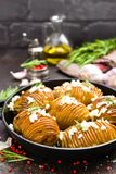 испеченная картошка Печь картошки испеченная с чесноком и розмариновым маслом Стоковые Изображения