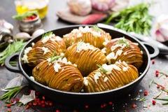 испеченная картошка Печь картошки испеченная с чесноком и розмариновым маслом Стоковые Изображения RF