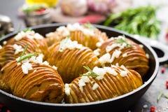 испеченная картошка Печь картошки испеченная с чесноком и розмариновым маслом Стоковая Фотография RF