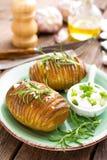 испеченная картошка Печь картошки испеченная с чесноком и розмариновым маслом Стоковое фото RF