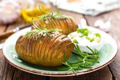 испеченная картошка Печь картошки испеченная с чесноком и розмариновым маслом Стоковое Изображение