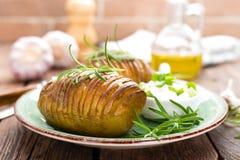 испеченная картошка Печь картошки испеченная с чесноком и розмариновым маслом Стоковая Фотография