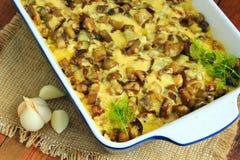Испеченная картошка с кусками сыра и чеснока баклажана Стоковые Фото