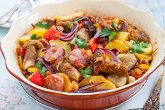 Испеченная картошка с овощами и сосиской Стоковые Фотографии RF