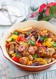 Испеченная картошка с овощами и сосиской Стоковое Изображение