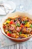 Испеченная картошка с овощами и сосиской Стоковые Изображения