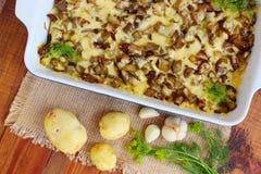 Испеченная картошка с сыром и чесноком баклажана Стоковые Фото