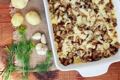 Испеченная картошка с сыром и чесноком баклажана Стоковое Изображение RF