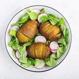 Испеченная картошка, шар свежих овощей: здоровая закуска обеда для целой семьи Взгляд сверху Стоковое Фото