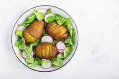 Испеченная картошка, шар свежих овощей: здоровая закуска обеда для целой семьи Взгляд сверху Стоковые Изображения RF