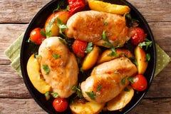 Испеченная куриная грудка с персиками, томатами, крупным планом луков на a стоковая фотография