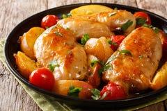 Испеченная куриная грудка с персиками, томатами, крупным планом луков на a стоковые изображения rf