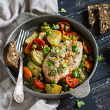 Испеченная куриная грудка с овощами в винтажном лотке на темной деревянной поверхности стоковые фотографии rf