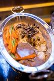 Испеченная поясница свинины с зажаренными в духовке грибом, спаржей и морковью на b Стоковые Фотографии RF