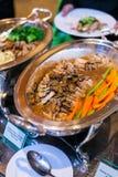 Испеченная поясница свинины с зажаренными в духовке грибом, спаржей и морковью на b Стоковая Фотография RF