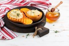 Испеченная тыква заполненная с кускус с медом и тимианом Стоковое фото RF