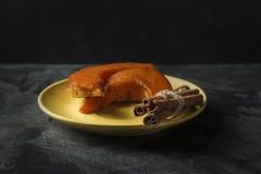 Испеченная тыква с ручками циннамона на темной предпосылке стоковая фотография