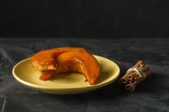 Испеченная тыква с ручками циннамона на темной предпосылке стоковое фото rf