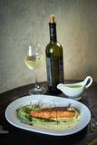 Испеченная форель с соусом и брокколи Стоковая Фотография RF