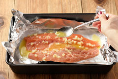 Испеченная salmon форель, варочный процесс Стоковое Фото