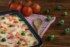 Испеченное блюдо сыра макарон для обеда стоковое изображение rf