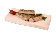 Испеченное мясо на деревянной плите Стоковые Изображения