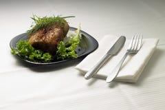 Испеченное мясо на, который служат таблице с белой скатертью Стоковое фото RF
