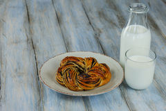 Испеченное печенье на плите и деревянная предпосылка с молоком стоковые изображения