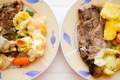 2 испеченной плиты с красивым стейком свинины и Стоковая Фотография RF