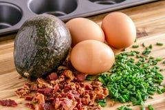 Испеченные авокадоы и яичка с беконом и chives Стоковые Изображения RF