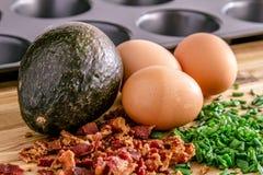 Испеченные авокадоы и яичка с беконом и chives Стоковое Изображение