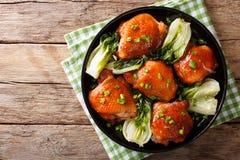 Испеченные бедренные кости цыпленка с Пак choy, имбирем, чесноком и зеленым oni Стоковые Изображения