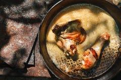 Испеченные бедренные кости цыпленка в лотке на деревянном столе Стоковое Фото