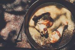 Испеченные бедренные кости цыпленка в лотке на деревянном столе Стоковое Изображение