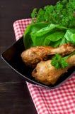 Испеченные бедренные кости цыпленка на таблице Стоковое фото RF