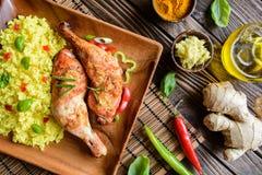 Испеченные бедренные кости цыпленка с медом, заскрежетанным имбирем и рисом с турмерином Стоковые Фото