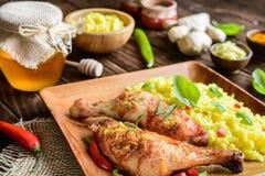Испеченные бедренные кости цыпленка с медом, заскрежетанным имбирем и рисом с турмерином Стоковое Изображение RF