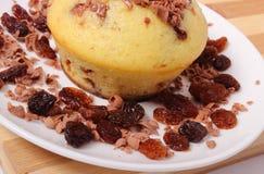 Испеченные булочки с заскрежетанными шоколадом и кучей изюминок на белой плите Стоковое фото RF