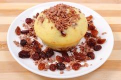Испеченные булочки с заскрежетанными шоколадом и кучей изюминок на белой плите Стоковое Фото