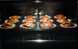 Испеченные булочки через стекло печи Стоковые Фото