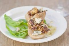 Испеченные груши с голубым сыром и салатом Стоковые Фотографии RF