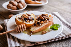 Испеченные груши с медом, грецкими орехами, клюквами миндалины и циннамоном Стоковые Изображения RF