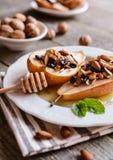 Испеченные груши с медом, грецкими орехами, клюквами миндалины и циннамоном Стоковая Фотография