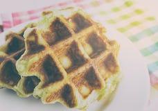 Испеченные золотые waffles меда на белой плите Стоковая Фотография