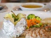 Испеченные картошка и стейк Стоковая Фотография RF