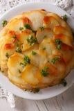 Испеченные картошки Анна на белом конце плиты вверх вертикально Стоковое Изображение