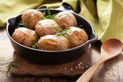 Испеченные картошки в черном лотке Стоковая Фотография